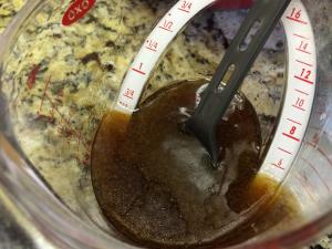 ブラウンシュガー、メープルシロップ、キャノーラ油を撹拌したもの